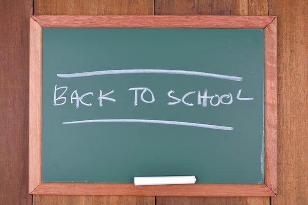 Pizarra con el texto regreso a la escuela