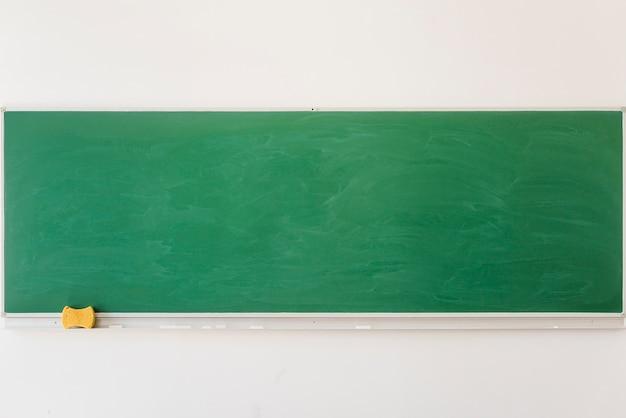 Pizarra vacía en el aula en la escuela