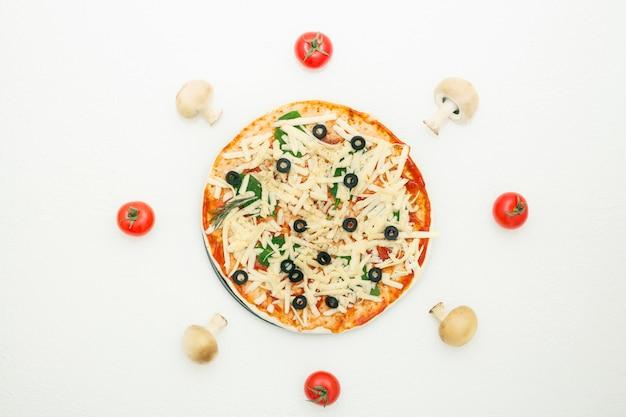 Pizza con aceitunas sobre un fondo blanco.