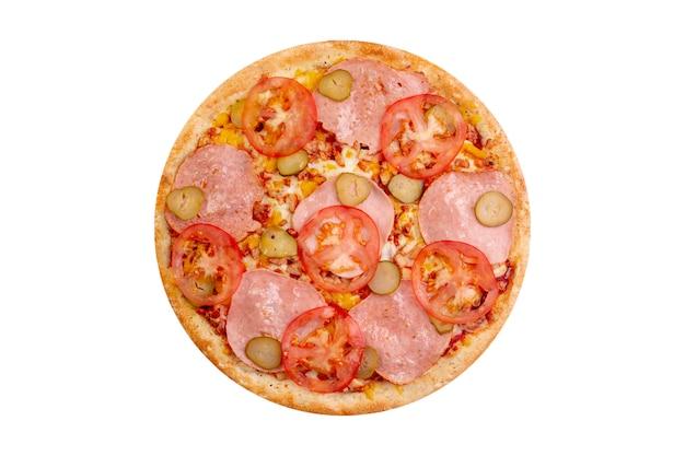 Pizza aislado sobre fondo blanco. comida rápida caliente con queso, tomates y pepinos salados.