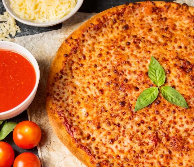 Pizza de alto ángulo con salsa de tomate y mozzarella