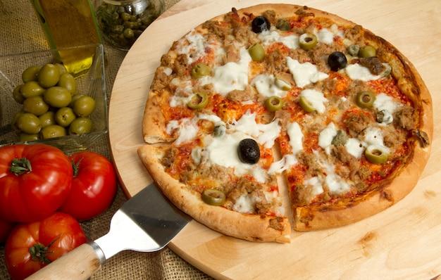 Pizza de atún y aceitunas
