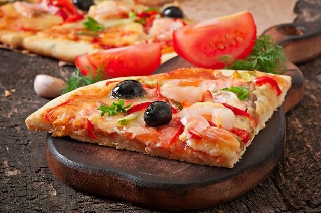 Pizza con camarones, salmón y aceitunas