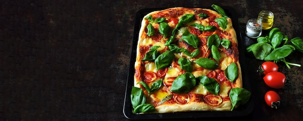 Pizza caprese. dieta ceto sobre fondo negro