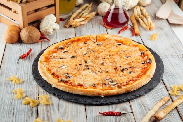 Pizza capricciosa con filete de pollo y champiñones