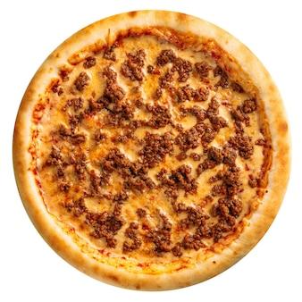 Pizza de carne picada recién horneada aislado sobre el fondo blanco.
