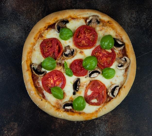 Pizza casera margarita con tomate y queso mozzarella