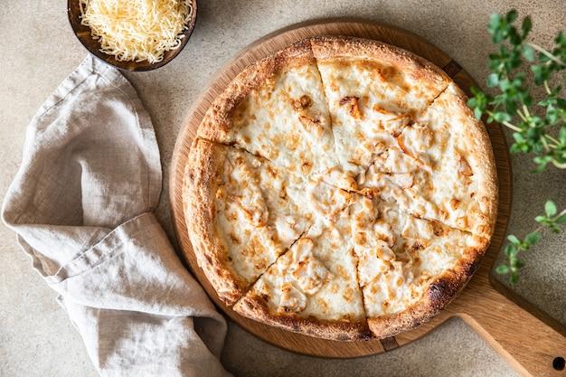Pizza casera con pollo y queso en salsa blanca