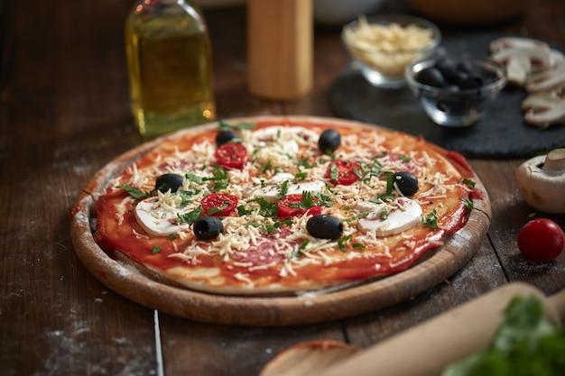Pizza casera en tablero de madera