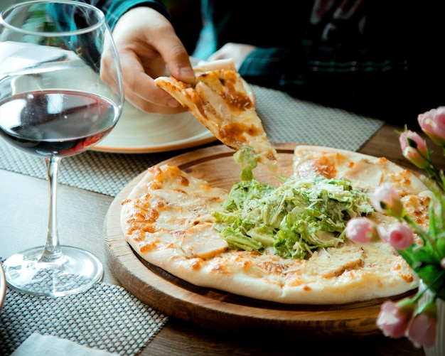 Pizza césar sobre la mesa