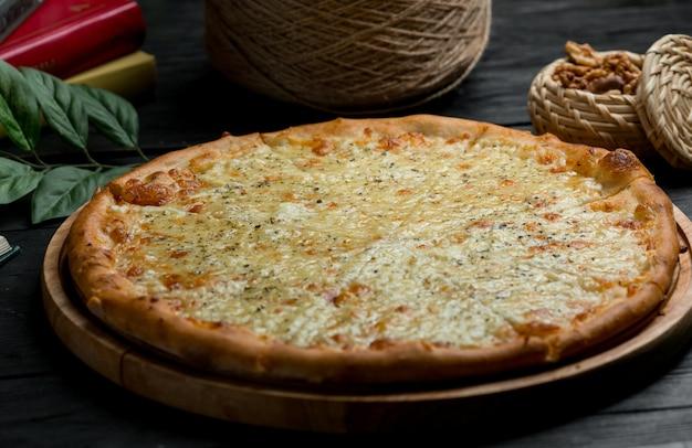 Pizza clásica de margarita con queso parmesano completo