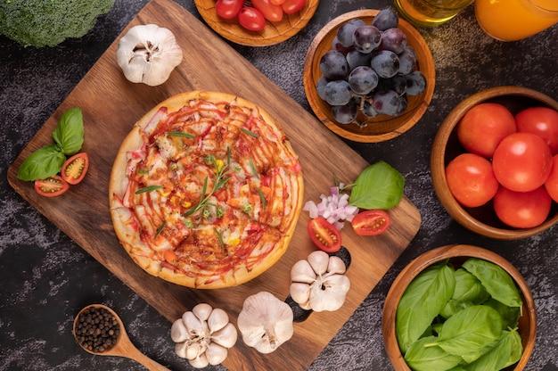 Pizza colocada en un plato de madera.