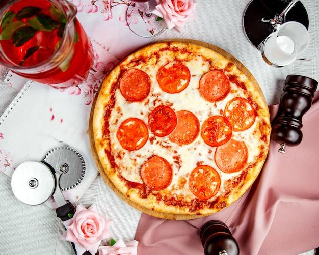 Pizza crujiente con queso y tomates.