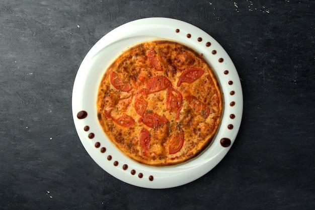 Pizza crujiente con tomates