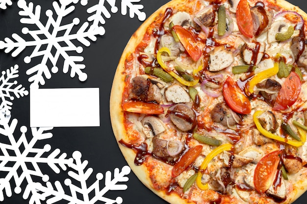 Pizza con decoración de copos de nieve. pizza de invierno