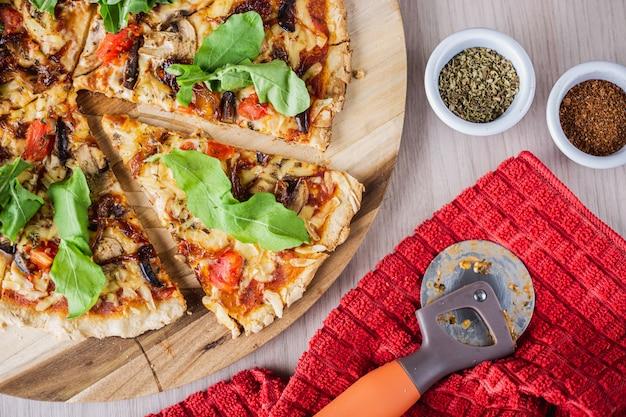 Pizza dulce de primavera vegana con orégano