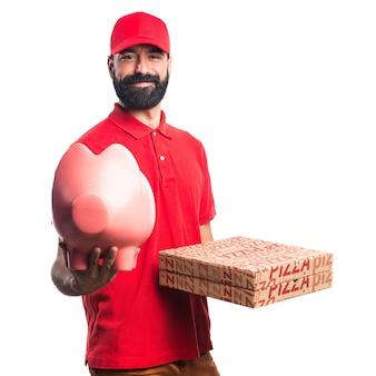 Pizza entrega hombre sosteniendo un piggybank