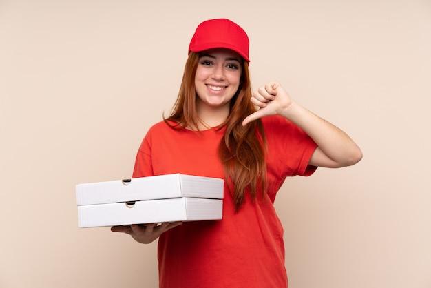Pizza entrega mujer adolescente sosteniendo una pizza orgullosa y satisfecha