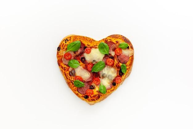 Pizza en forma de corazón concepto de amor sabroso diseño de san valentín
