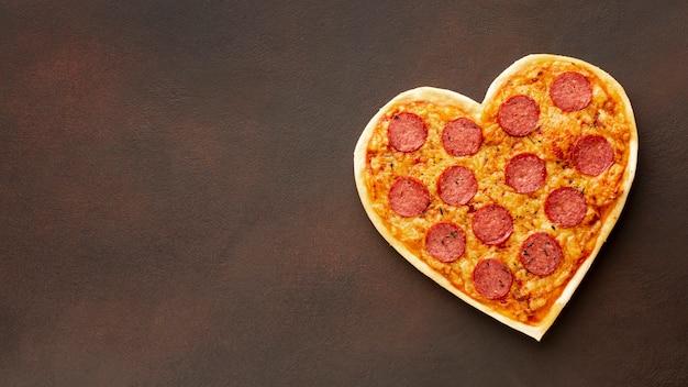 Pizza en forma de corazón con espacio de copia