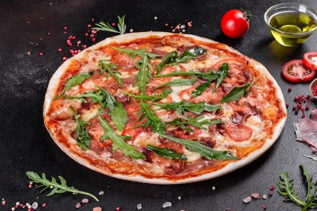 Pizza fresca al horno con rúcula, salami, tomates cherry y mozzarella. cocina italiana
