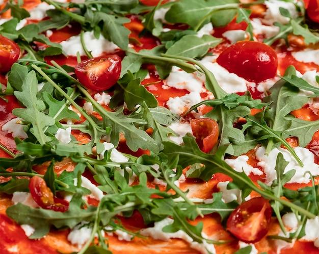 Pizza fresca de primer plano con salmón