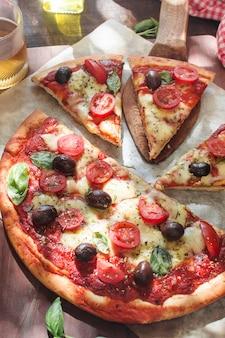 Pizza fresca con tomate; queso y champiñones