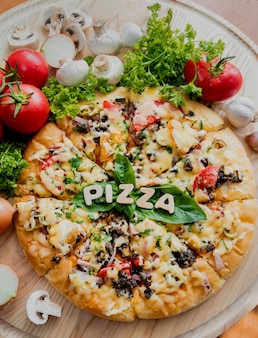 Pizza grande en una mesa de madera. restaurante.