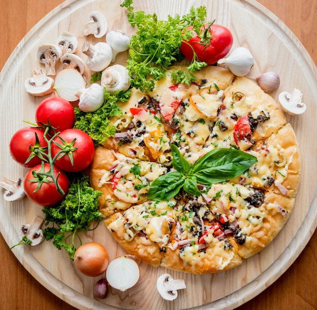 Pizza grande en una mesa de madera.