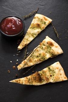 Pizza hecha en casa con tomate salsa de tomate