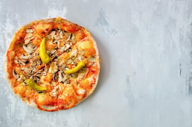 Pizza italiana fresca con champiñones, jamón, tomate, queso, oliva, pimienta.