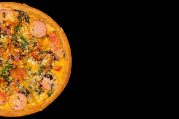 Pizza italiana fresca sobre un fondo negro