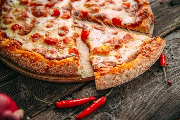 Pizza italiana margarita con queso y tomate