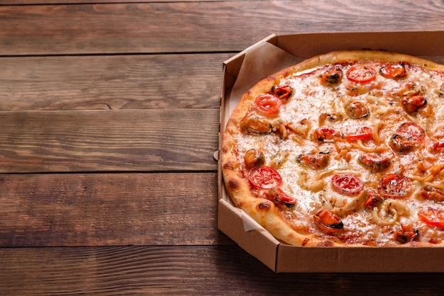 Pizza italiana de mariscos con camarones, calamares, mejillones, hierbas frescas y mozzarella