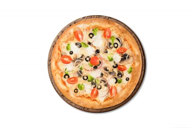 Pizza italiana tradicional con champiñones, tomates cherry y aceitunas en tablero de madera aislado