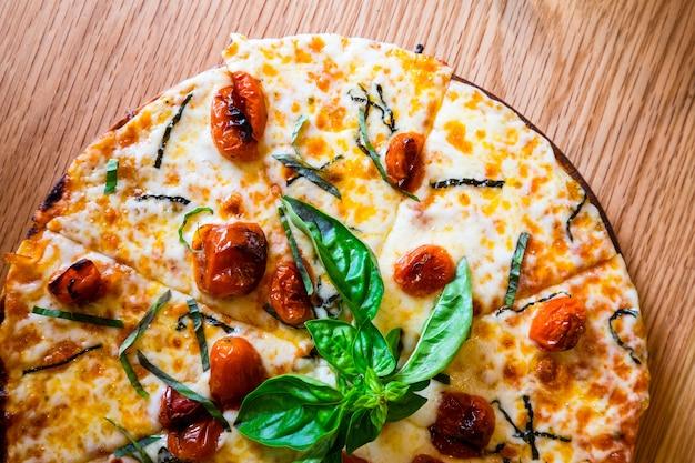 Pizza italiana tradicional en el tablero de madera