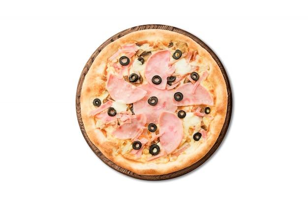 Pizza italiana tradicional con el jamón y las aceitunas en el tablero de madera aislado en el fondo blanco para el menú