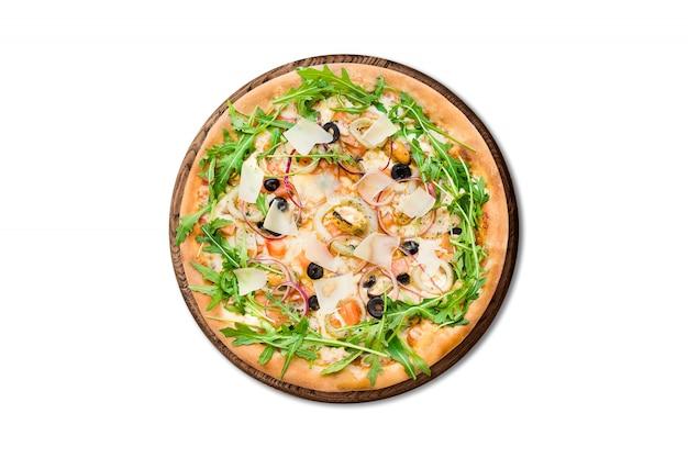 Pizza italiana tradicional con mejillones, rúcula y queso parmesano sobre plancha de madera aislada