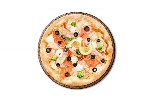 Pizza italiana tradicional con salmón, brócoli y queso de filadelfia en el tablero de madera aislado