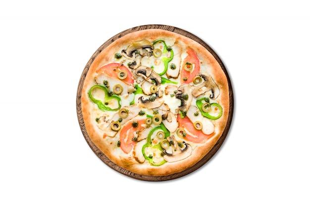 Pizza italiana tradicional con las setas, la pimienta y los tomates en el tablero de madera aislado