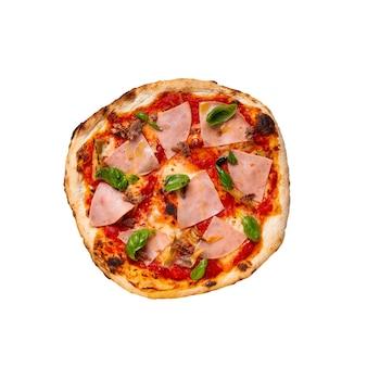 Pizza de jamón aislado con tomate y albahaca