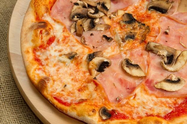 Pizza con jamón y champiñones