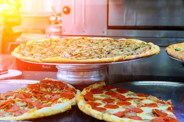 Pizza de lujo con una rebanada de pizza en un restaurante moderno