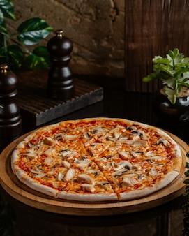 Pizza margarita con champiñones y salsa de tomate