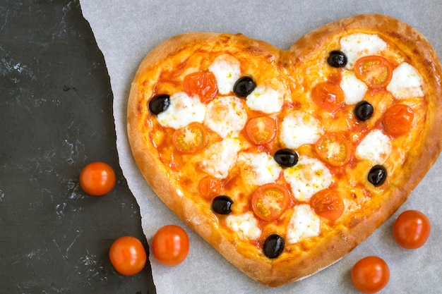 Pizza margarita en forma de corazón para el día de san valentín.