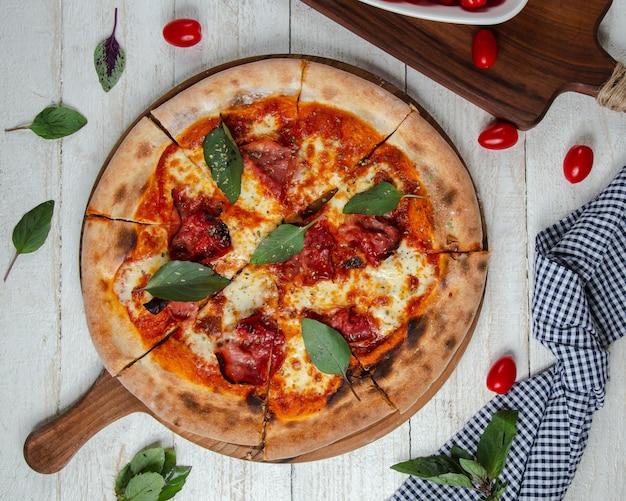 Pizza margarita en la mesa