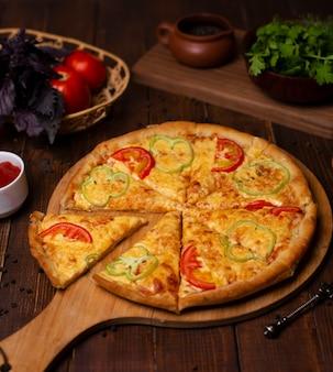 Pizza margarita con queso fresco parmesano, rodajas de pimiento rojo y verde.