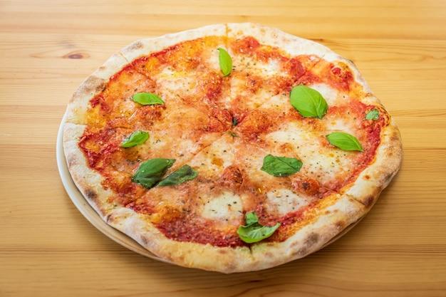 Pizza margarita en un restaurante local de pizza y gyros
