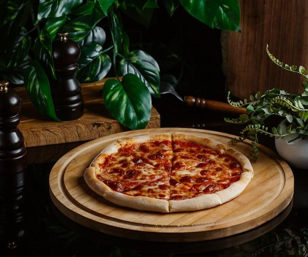 Pizza margarita con salsa de tomate casera presentada en una cafetería.