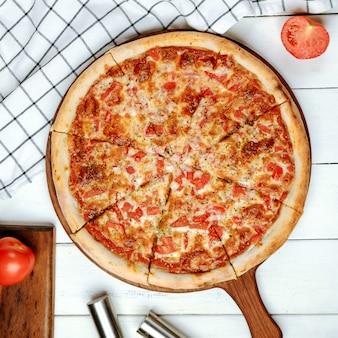 Pizza margarita sobre la mesa
